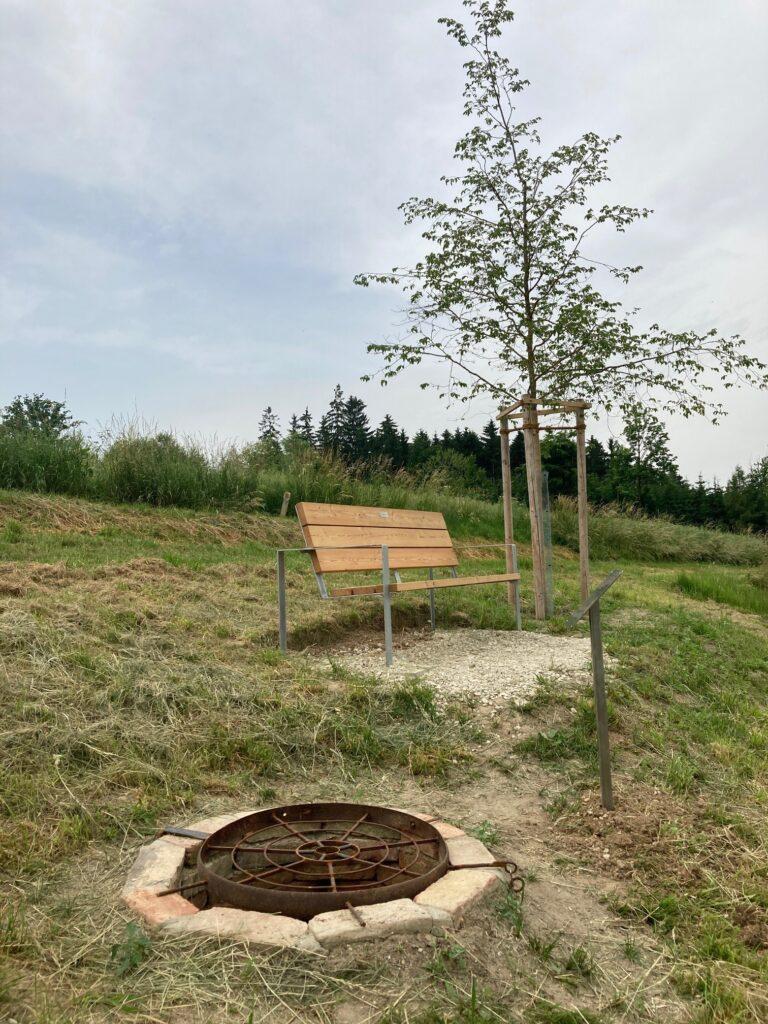 Quelle große Laber mit Bank und Baum